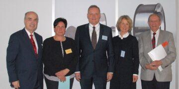 Doppelter Grund zum Feiern (von links): Dr. Hans-Jochem Steim, Susanne Bruker, Dr. Udo Schnell, Anke Dominique Schnell und Walter Bruker im Firmenneubau in Hardt. Fotos: him