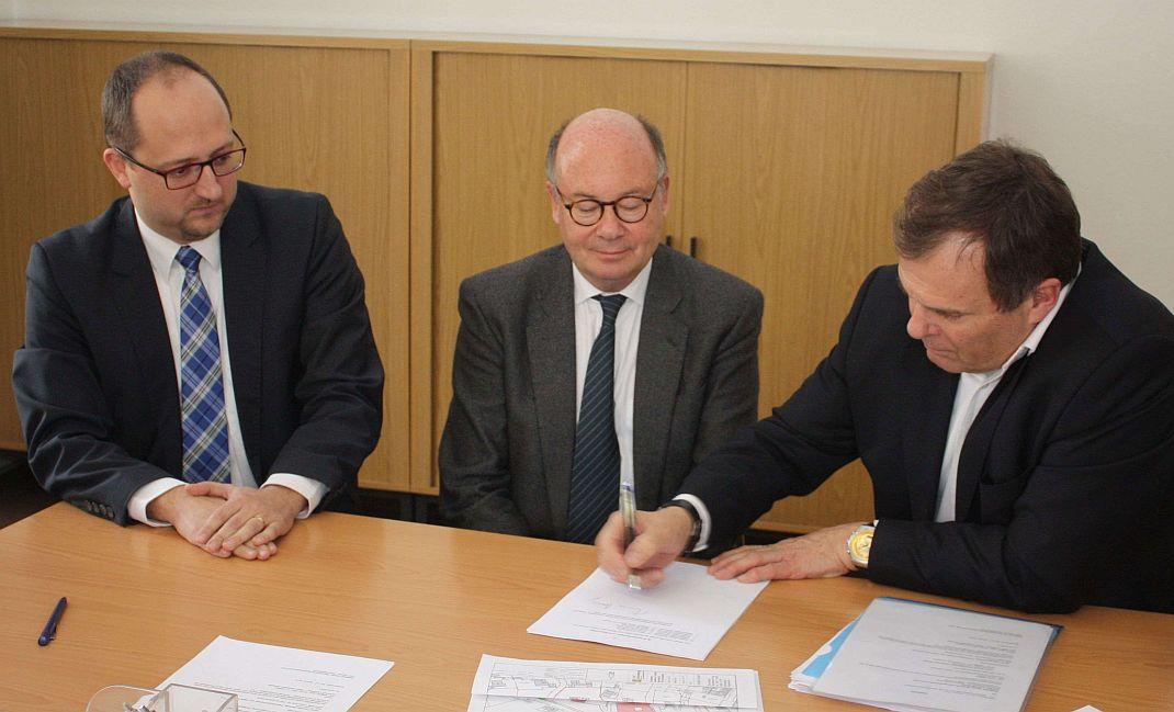 Vertragsunterzeichnung im Rathaus Ende januar 2014: OB Thomas Herzog, Peter Zuellig und Karl Vogler (von links). Foto: pm