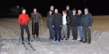 Fröhliche Gesichter bei der Eröffnung der Flutlichtloipe am Dienstagabend in Tennenbronn. Foto: him