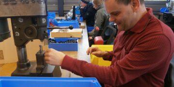 Der blinde Manfred Hausmann arbeitet in einer Werkstatt in der Stiftung St. Franziskus in Heiligenbronn. Foto: him