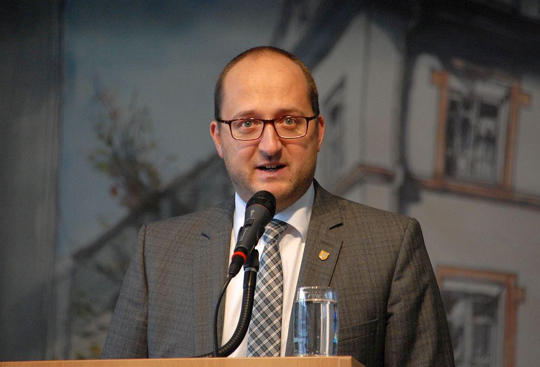 Schrambergs Oberbürgermeister Thomas Herzog bei seiner Neujahrsansprache in der Festhalle Tennenbronn. Foto: him