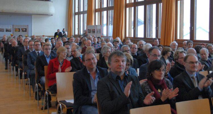Ernste Mienen, aber doch viel Beifall, nachdem OB Thomas Herzog über das mögliche Camedi-Aus gesprochen hatte. Foto: him