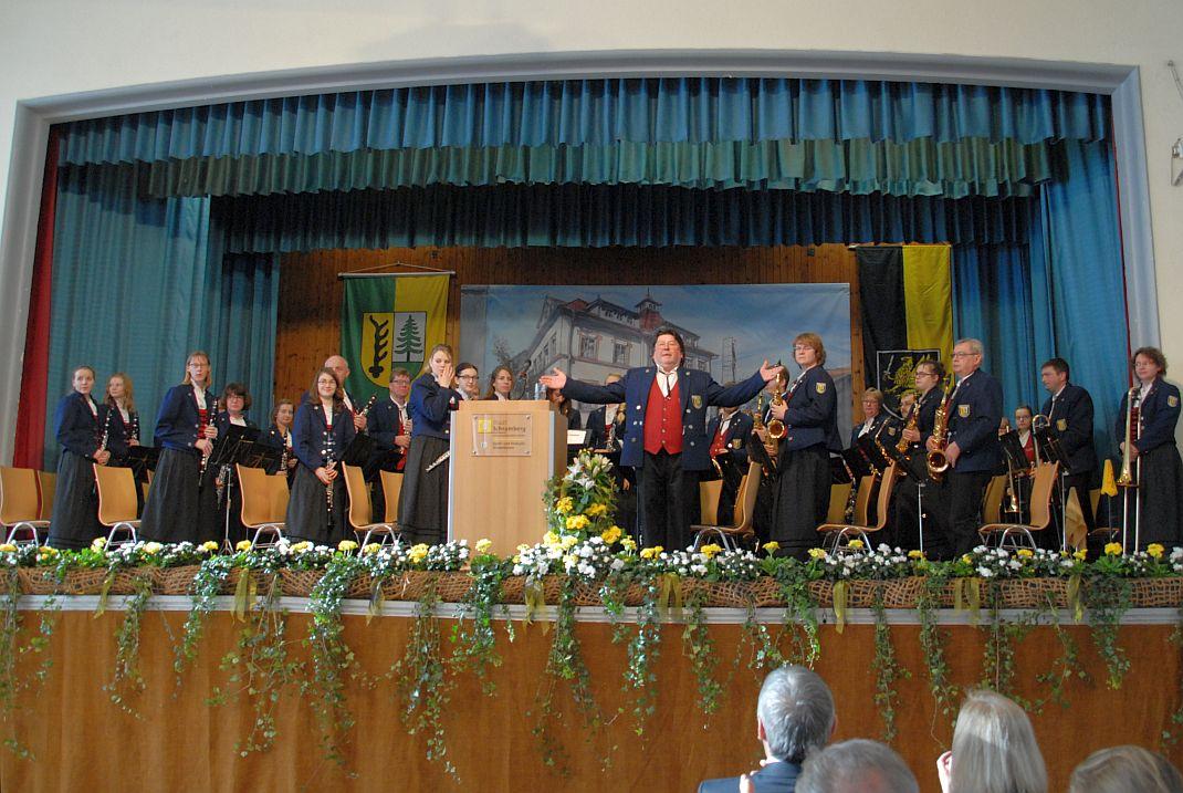 """Der Musikverein """"Harmonie"""" unter der Leitung von Andreas Kaletta. Foto: him"""