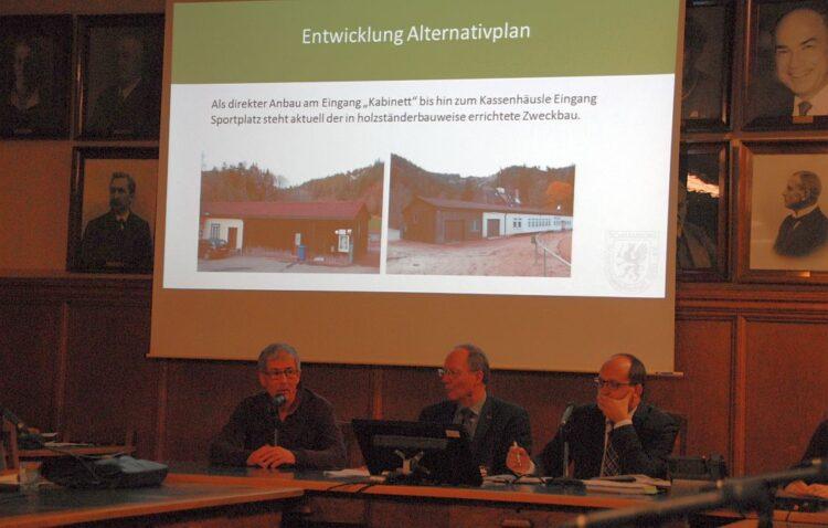 Oberschützenmeister Dr. Markus Kuhner (links) erläutert die Neubaupläne beim Schützenhaus im Verwaltungsausschuss. Foto: him