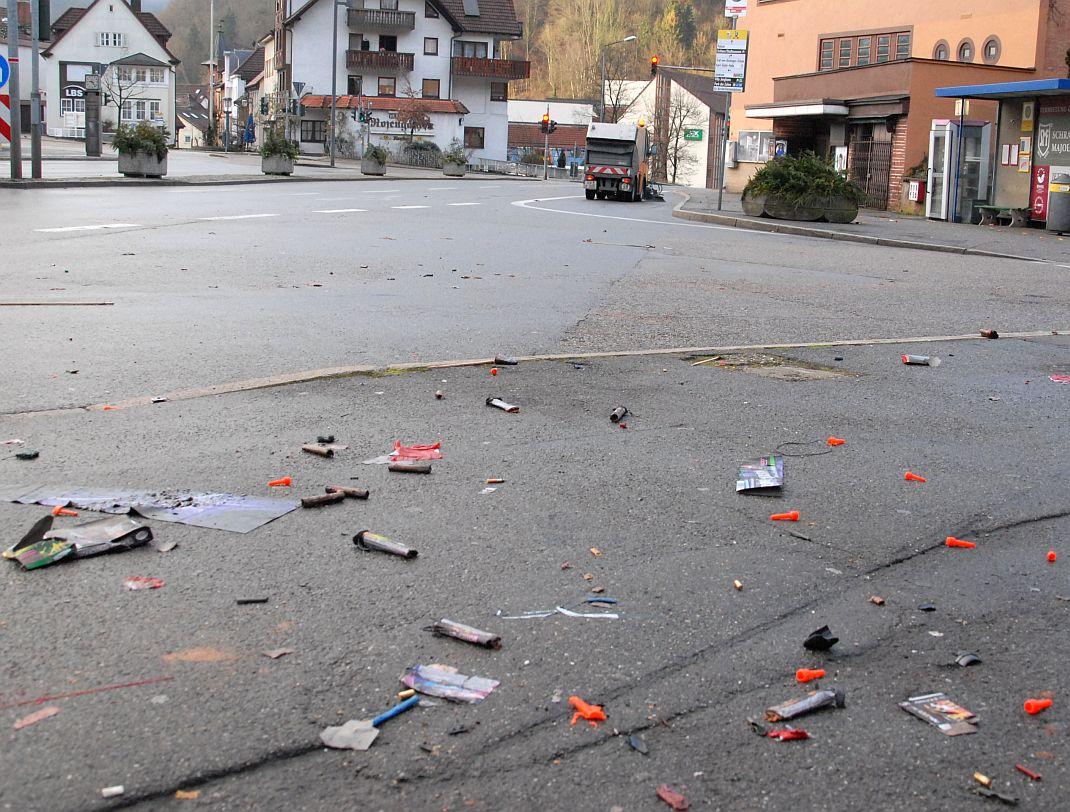 Kehraus nach kurzer Nacht: Bauhofmitarbeiter Robert Klausmann sorgt am Neujahrsmorgen für saubere Straßen Foto:  him