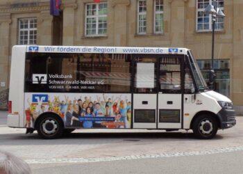 Der Bürgerbus vor dem Rathaus. Foto: him