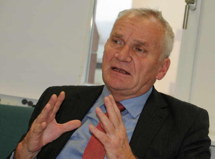 Engagiert diskutiert der FDP-Landtagsabgeordnete Gerhard Aden mit den Vorstands- und Ausschussmitgliedern des Kreisseniorenrats das brandaktuelle Thema Pflege.   Foto: Wolf
