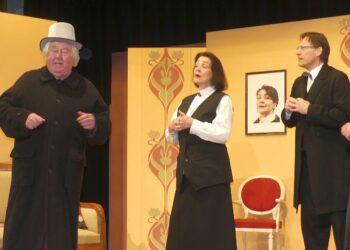 Theaterdirektor Striese (Gerhard Ruoff) zu Besuch bei Friederike Gollwitz (Gabriele Frommer), Dr. Neumeister (Lars Bornschein) und Professor Gollwitz (Klaus Andreae) (von links). Foto: him