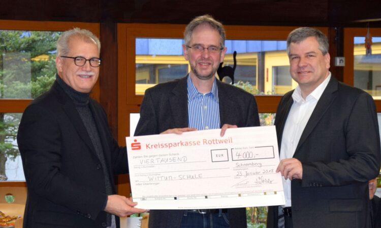 Scheckübergabe (von links): Geschäftsführer Heimo Hübner, Schulleiter Olaf Rink und Geschäftsführer Martin Sommer.  Bildnachweis: Mara Paukstat / MS-Schramberg