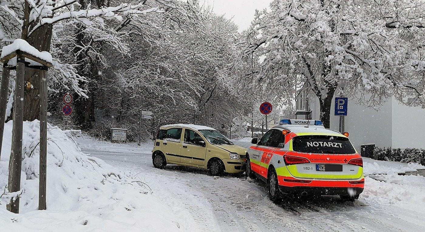 Kleinstunfall in Rottweil: Ausgerechnet ein Notarzteinsatzfahrzeug rammte dieser Kleinwagen. Foto: Peter Arnegger