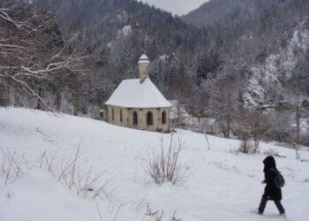 Die Falkensteiner Kapelle und im Hintergrund die Ruine Falkenstein. Foto: him