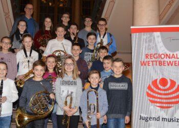 Die Preisträgerinnen und Preisträger mit Schulleiter Meinrad Löffler. Foto: pm