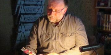 """Jakobspilger Herbert Noack liest in der Stadtbücherei aus seinem Buch """"Mord auf der Via Podiensis"""" Foto: Stadt Rottweil"""