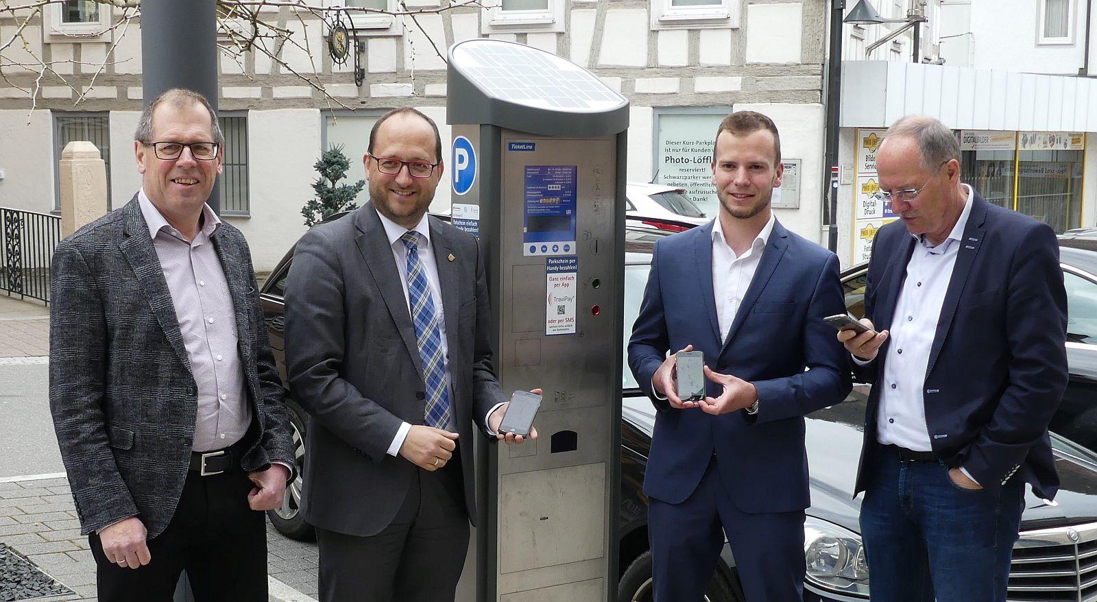 Freuen sich über die neue Möglichkeit, die Parkgebühren per Smartphone zu bezahlen (von links): Fachbereichsleiter Peter Weisser, Oberbürgermeister Thomas Herzog, Sales Manager Fabian Grief und Fachbereichsleiter Uwe Weisser. Foto:  him