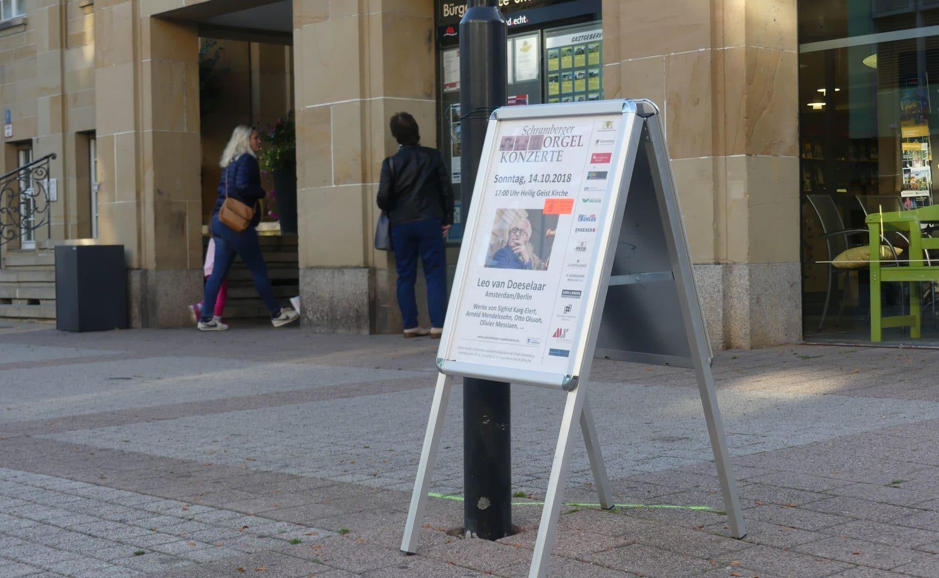 Vorbild: Plakataufsteller des Vereins der Freunde der Orgelmusik vor dem Schramberger Rathaus.  Foto: him