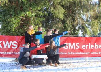 Da ist sie – die GMS! Achtklässler mit ihrem Schulleiter Willy Schmidt weisen den Weg zur KWS im Himmelreichpark. Foto: KWS