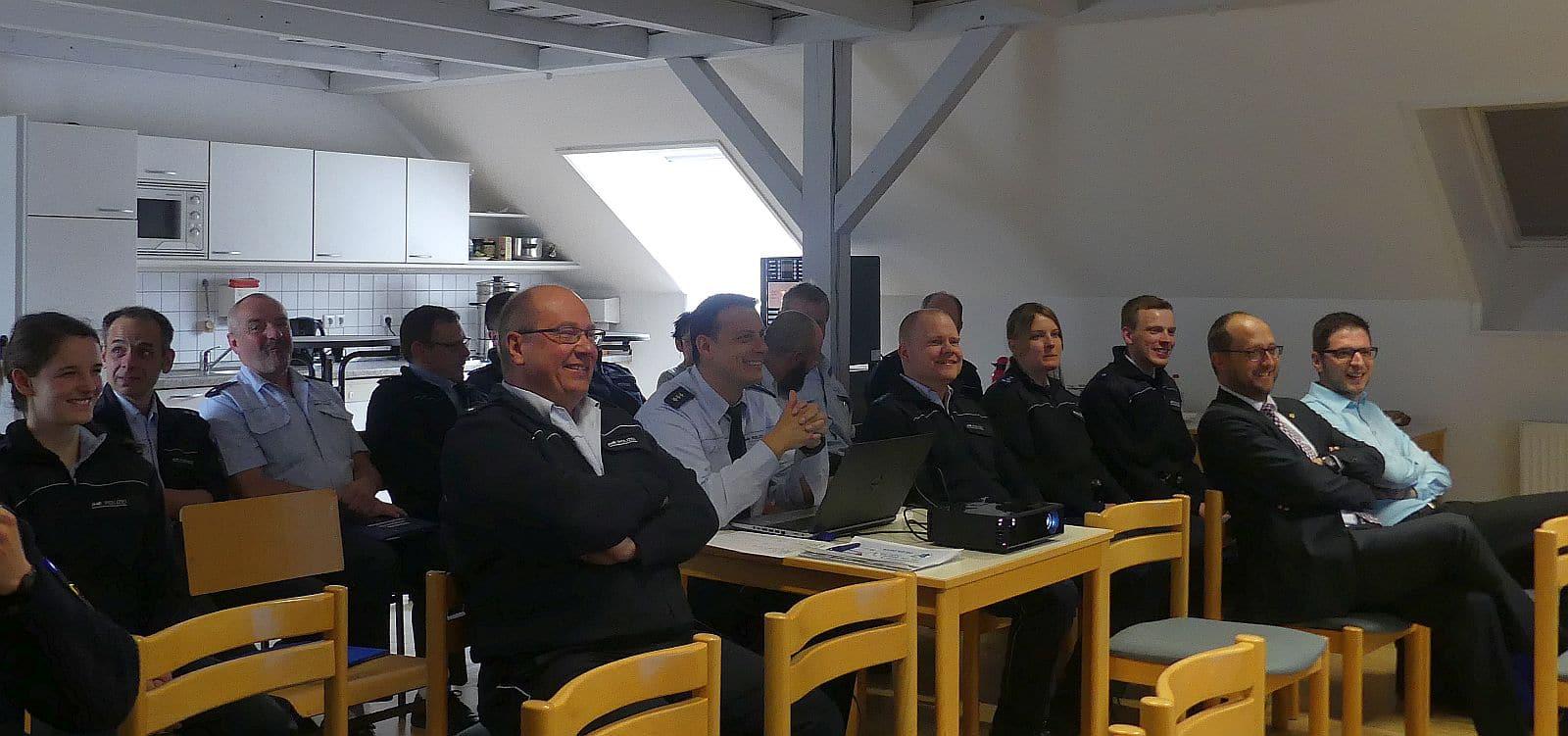 Fröhliche Gesichter angesichts hervorragender Zahlen: Polizeibeamte des Polizeireviers Schramberg, Oberbürgermeister Thomas Herzog und der neue Fachbereichsleiter für Recht und Sicherheit Matthias Rehfuß (ganz rechts).