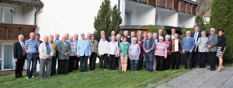 Die geehrten Mitglieder der Volksbank Deisslingen stellten sich mit Mitgliedern des Aufsichtsrates und Mitarbeitern der Bank zum Gruppenfoto auf. Foto: Preuß