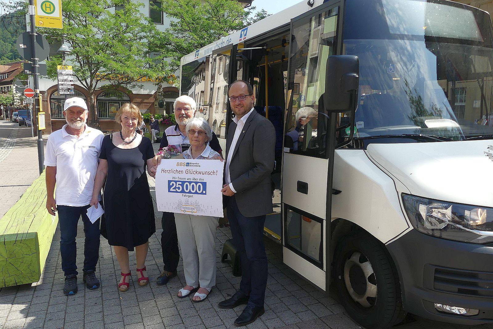 Freuen sich gemeinsam über 25.000 Bürgerbusfahrgäste (von links):  Bürgerbusfahrer Willi Herzog, Juliane Kugler, Matthias Kohlhase, Henriette Eschle und OB Thomas Herzog. Foto: him