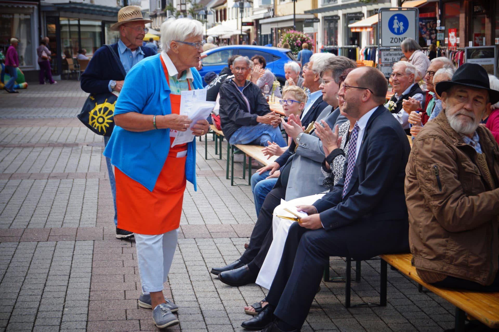 Die Vorsitzende der Schramberger Tafel, Elisabeth, Spöttle, im Gespräch mit Oberbürgermeister Thomas Herzog. Fotos: Witkowski