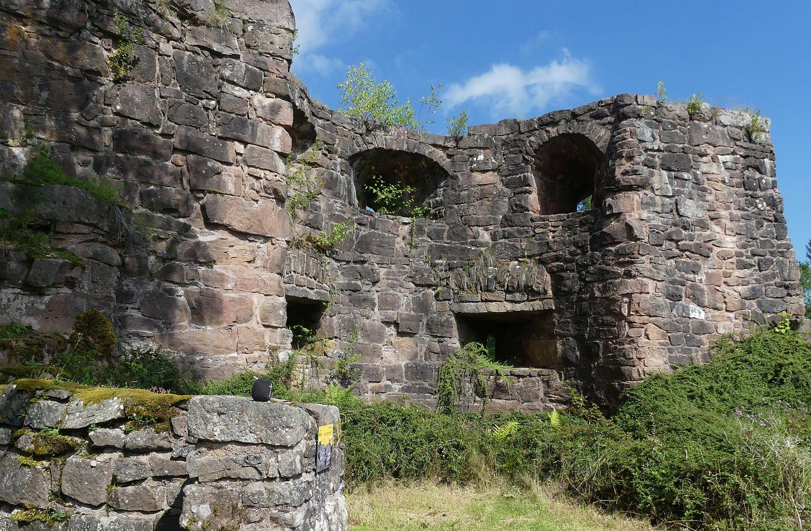Mächtig: Die Mauern der Hohenschramberg. Foto: him