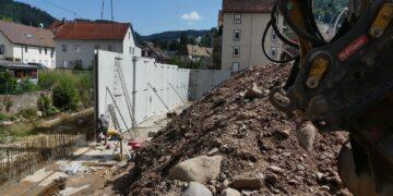 Mitarbeiter der Schrambeerger firma Haas errichten eine massive Stützmauer entlang des Lauterbachs. Foto: him