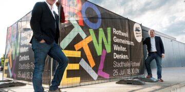 """""""Rottweil gemeinsam weiter denken"""": Oberbürgermeister Ralf Broß (links) und Bürgermeister Dr. Christian Ruf (rechts) laden die Bürgerinnen und Bürger zu einem kreativen Workshop in die Stadthalle ein. Foto: Stadt Rottweil"""