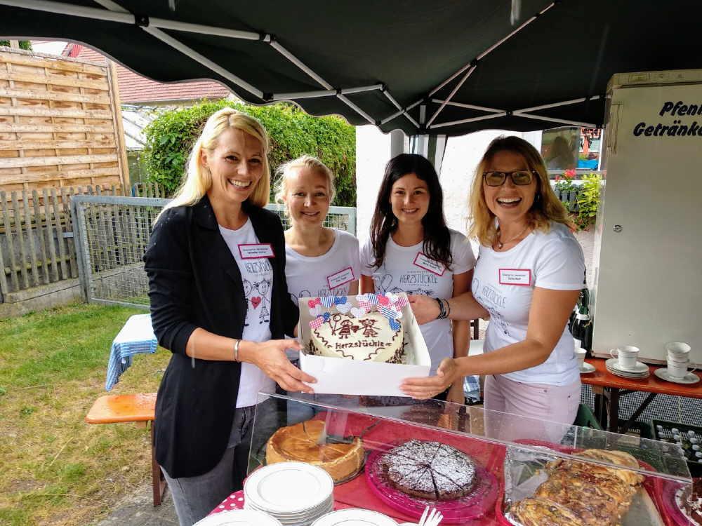 """Das """"Herzstückle""""-Team freute sich über eine ganz besondere Torte zum """"Tag der offenen Tür. Das Bild zeigt von links: Veronika Jetter, Yulia Traub, Maria Bullert, Carina Ruof. Foto: pm"""