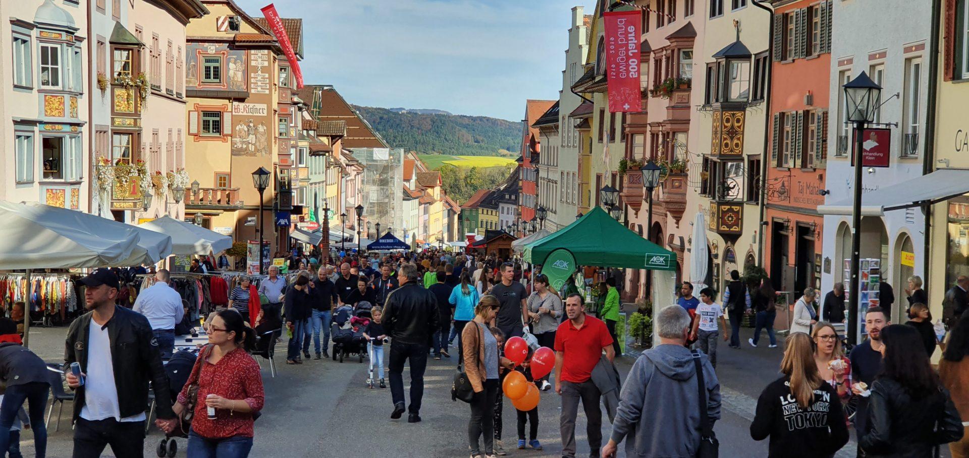 Tausende Menschen haben am Nachmittag die Rottweiler Innenstadt bevölkert. Foto: Peter Arnegger