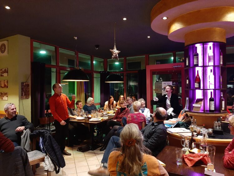 """Das Kabarett-Duo """"Einfach so"""" im Aladin & Frieda performte ohne Bühne, sondern einfach so mitten zwischen den Gästen. Foto: Sonja Rajsp"""