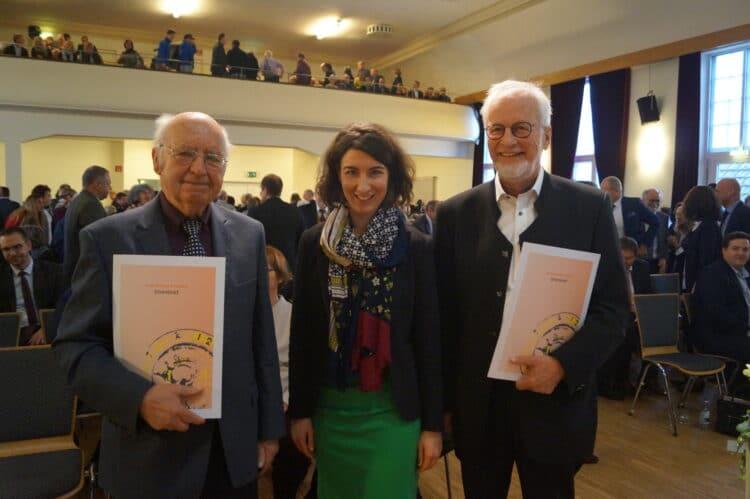 Oberbürgermeister Dorothee Eisenlohr überreichte Hermann Kimmich (links) und Klaus Andreae (rechts) den Ehrenbrief der Stadt. Foto: Witkowski