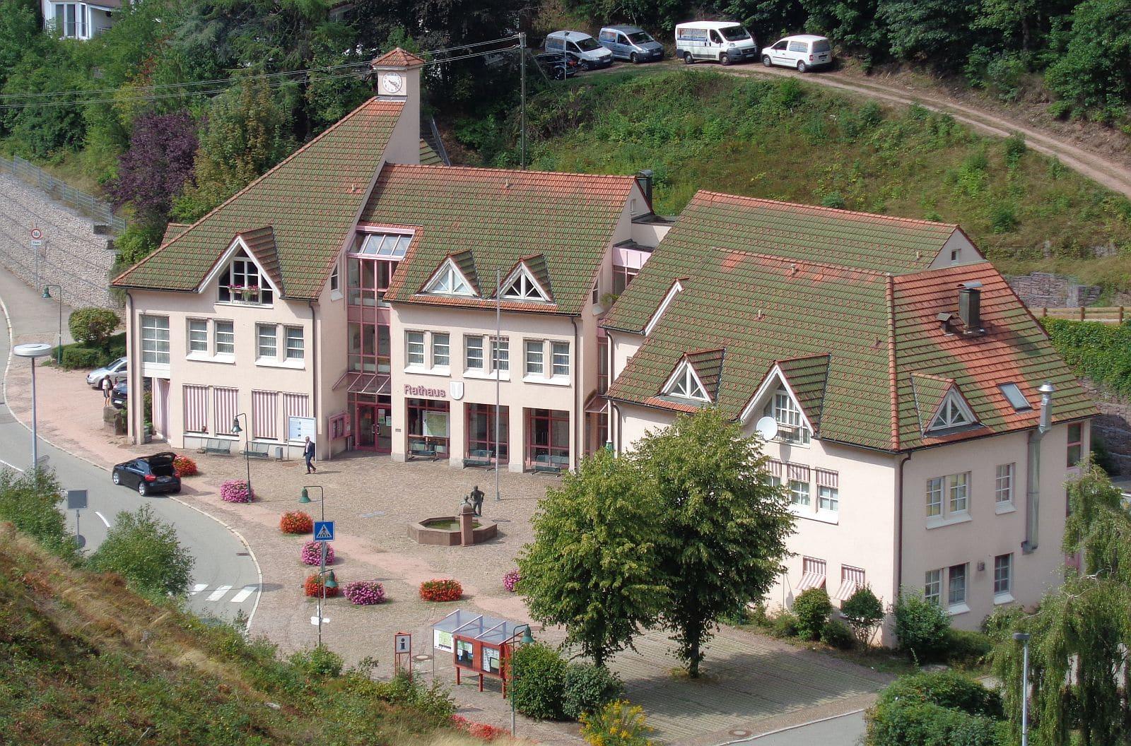 Das Rathaus in Lauterbach - vor dem teuren Umbau des Vorplatzes. Archiv-Foto: him