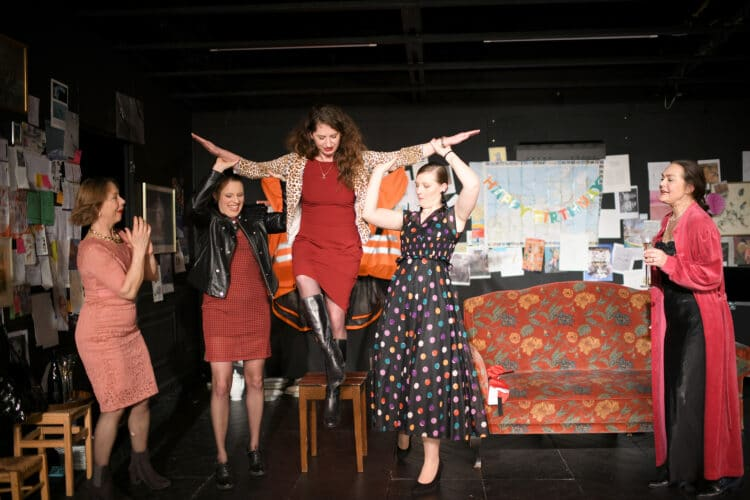 Frauen-Power im Zimmertheater: Maika Troscheit, Nora Kühnlein, Valentina Sadiku, Britta Werksnis und Petra Weimer (v.l.n.r.). Fotos: al