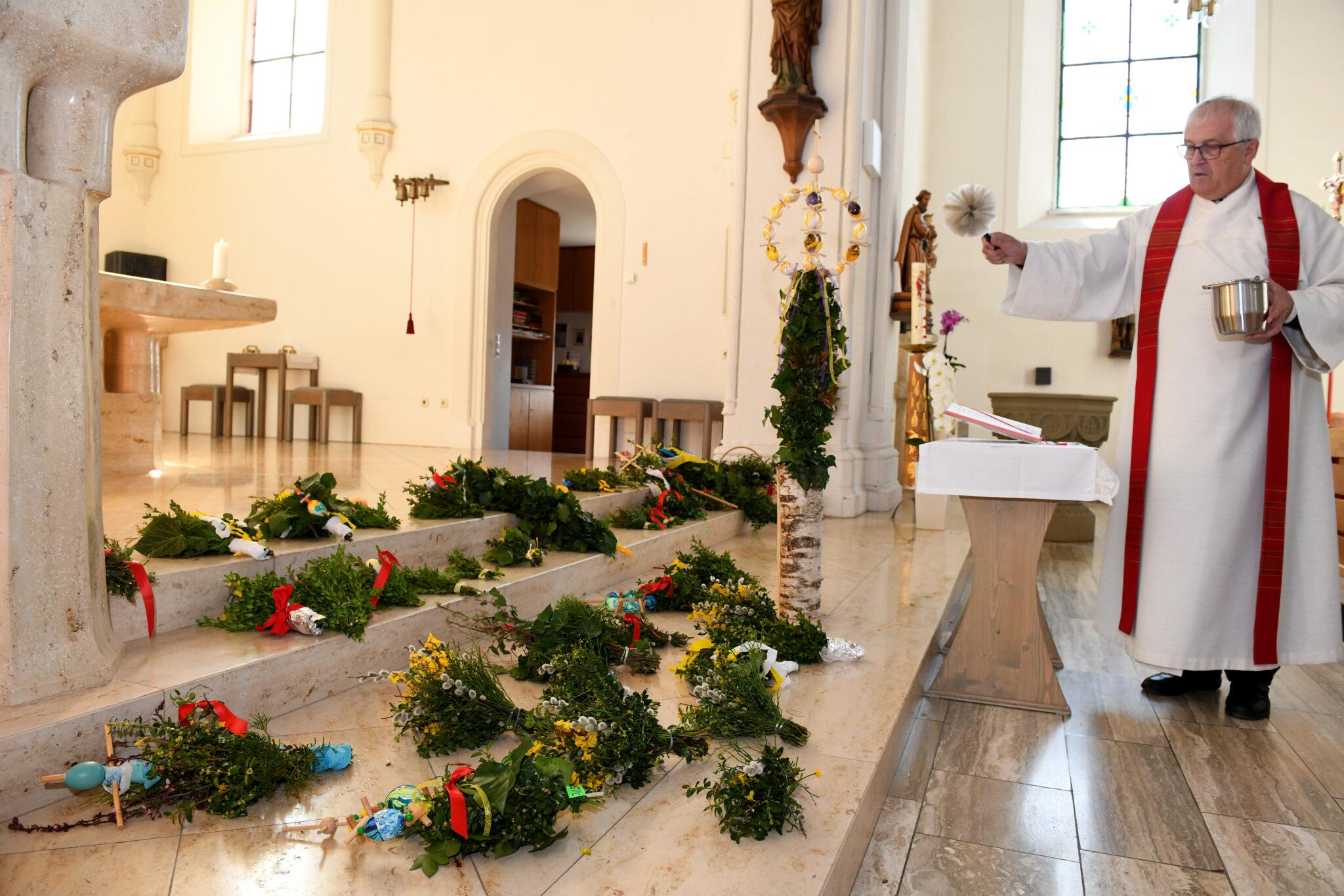 Dekan Albrecht Zepf, Pfarrer in Dietingen, Irslingen, Böhringen und Gößlingen, segnet in der  Irslinger St. Martins-Kirche Palmzweige. Foto: al