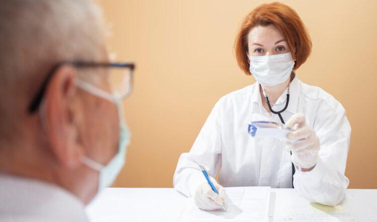 Gehen Sie bei starken Beschwerden und Schmerzen zum Arzt. Das rät der Krebsinformationsdienst des Deutschen Krebsforschungszentrums