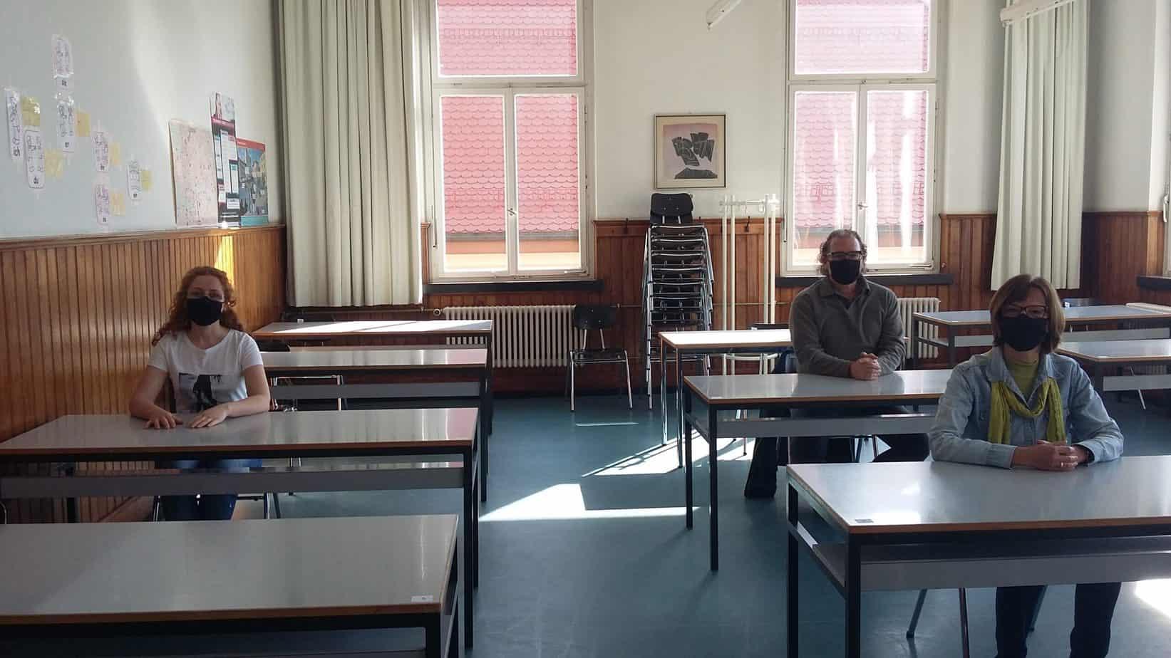 Das Team der vhs testet die neue Sitzordnung. Wer Sorge hat, darf auch im Kurs die Maske auflassen. Unser Bild zeigt  (von links nach rechts) mit Maske: Elena Crivac, Oliver Bartsch, Petra Arand. Foto: pm