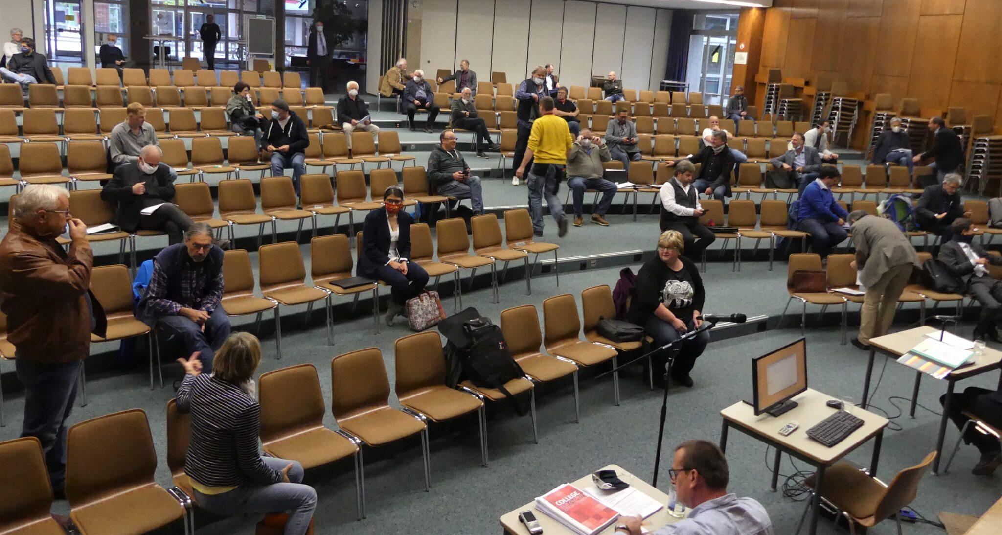 Ungewöhnliche Zeiten bedingen ungewöhnliche Sitzordnungen. Gemeinderat tagt in der Aula. Kurz vor Beginn der Sitzung suchen manche Räte noch nach ihrem Platz. Fotos: him