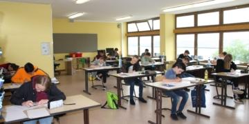 Nach einer ungewöhnlichen Vorbereitungszeit mit Phasen von Homeschooling und Präsenzunterricht begannen gestern die Abschlussprüfungen der Hauptschule. Unser Bild zeigt die Schüler der GWRS Aichhalden hochkonzentriert bei den Prüfungsaufgaben. Foto: Rebholz