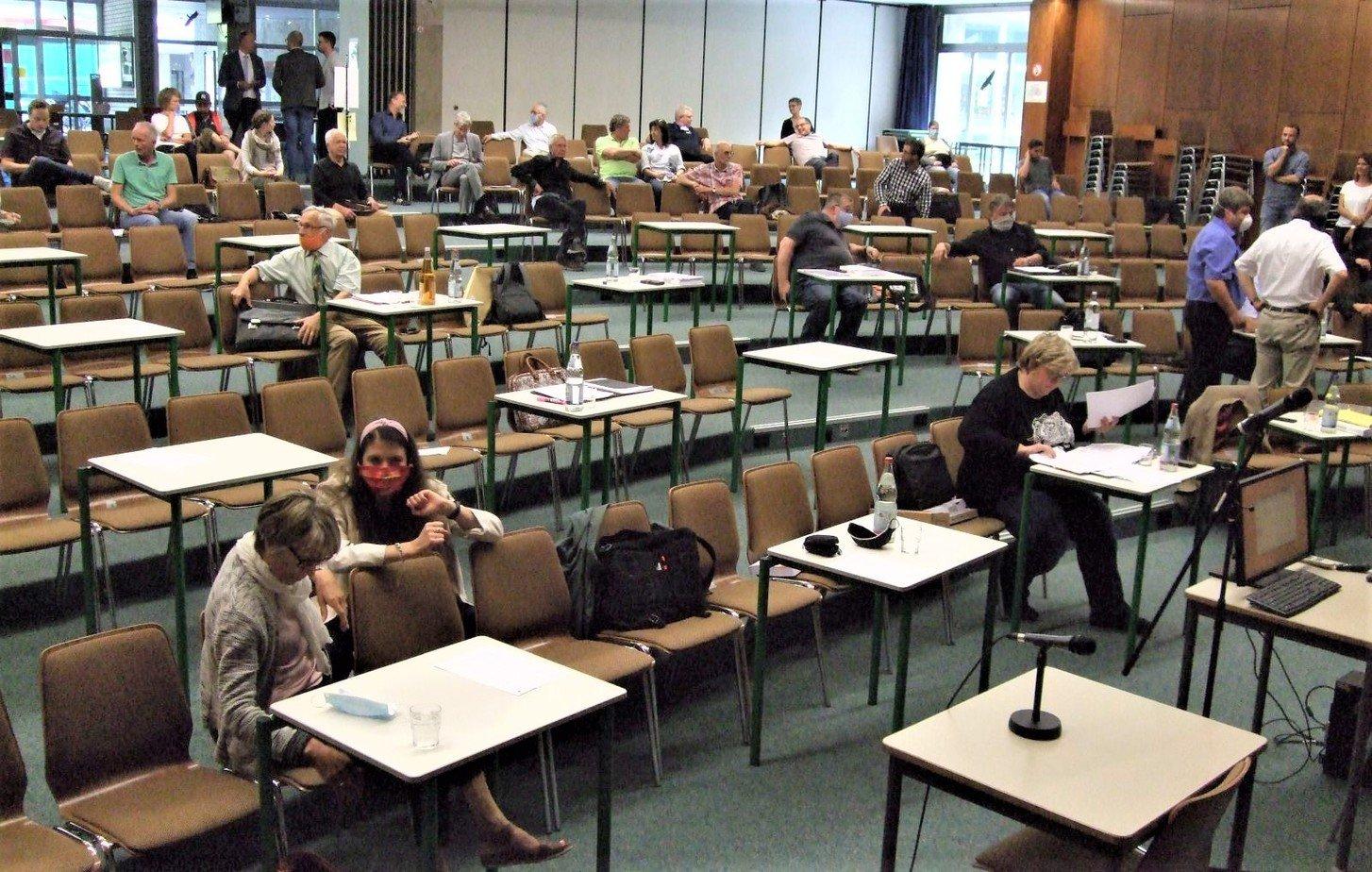 Der Gemeinderat tagte wieder in der Aula des Gymnasiums. Die Gremiumsmitglieder hatten diesmal einen Tisch für ihre Unterlagen zur Verfügung. Die Aufnahme entstand vor Sitzungsbeginn. Foto: him