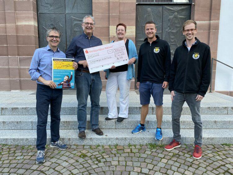 Strahlende Gesichter bei der Spendenübergabe. Unser Foto zeigt von links: Gebhard Pfaff, Stefan Wild,  Dorothee Golm, Peter Flaig und Matthias Krause. Foto: pm