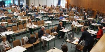 Um die Abstandsregeln einhalten zu können, tagt der Gemeinderat Schramberg zur Zeit in der Aula des Gymnasiums. Unser Foto ist in der Sitzung vom 28. Mai 2020 entstanden. Foto: Witkowski