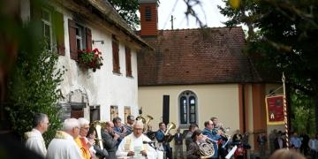In festlichem Rahmen ist am Sonntag die Kapelle von Maria Hochheim wieder eingeweiht worden. Foto: Andreas Linsenmann