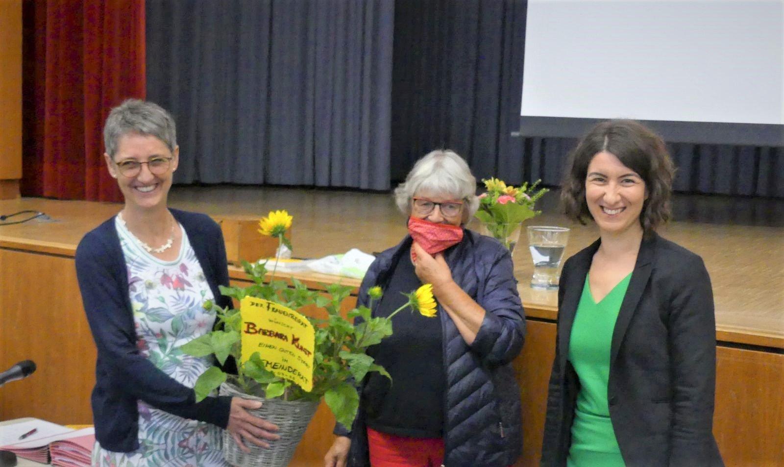 Flowerpower-Frauenpower: Barbara Kunst nimmt Sonnenblumen vom Frauenbeirat in Empfang, überreicht von Barbara Olowinsky, und OB Dorothee Eisenlohr freut sich. Fotos: him