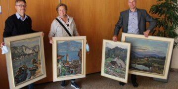 Bildunterschrift: Der Vorsitzende Norbert Swoboda nahm im Foyer des Rathauses die vier Bilder vom Ehepaar Hofmann entgegen. Foto: pm