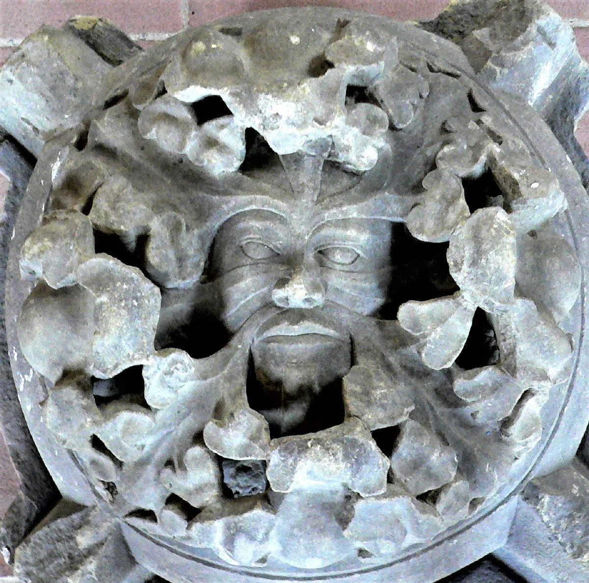 Der sogenannte Masken-Schlussstein ist nur eines der zahlreichen Exponate aus der Kunstsammlung Lorenzkapelle. Foto: Hak Design
