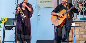 Nach mehrmonatiger Pause wieder auf der Bühne: Sue Sheehan und Annett Kuhr (rechts). Foto: Thomas Decker