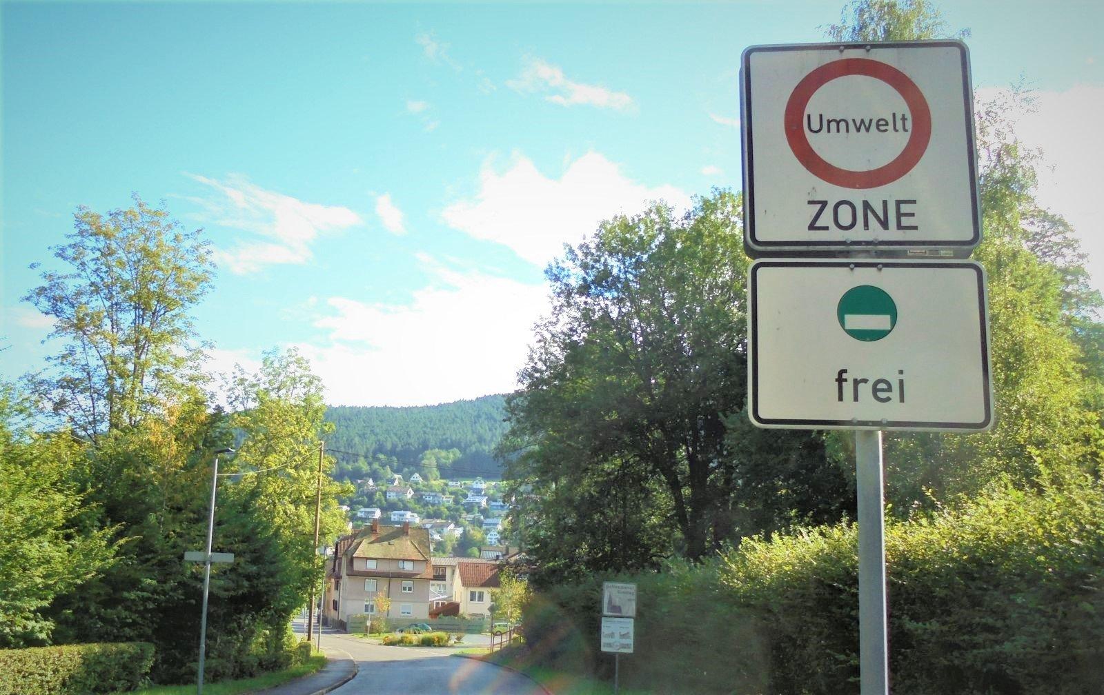 Kann die Stadt die unbeliebten Umweltzone-Schilder bald wieder abschrauben? Fotos: him