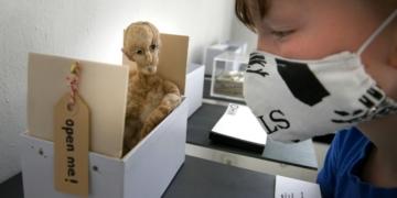 """Blick in die Box: Im Bürgersaal gibt es das Projekt """"Kunst im Setzkasten"""" zu entdecken - hier der Beitrag von Hannah Kindler. Foto: al"""