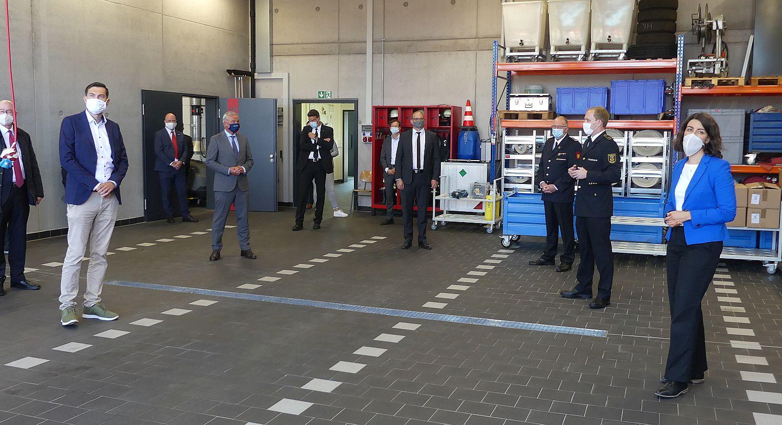 Gehörig auf Abstand: In der Zentralen Feuerwehrwerkstatt in Schramberg-Sulgen. Fotos: him