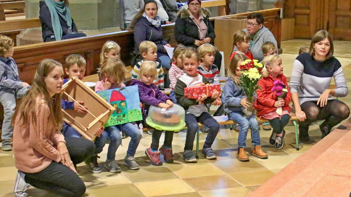 Die Kinder haben Geburtstagsgeschenke mitgebracht. Foto: Berthold Hildebrand